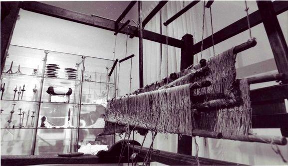 """Museo Civico Sez. Folklorica """"Raffaele Lombardi Satriani"""" – CALABRIA. PU - Palazzo Zagarese, via Raffaele De Bartolo, 87036 Rende (CS), T/F 0984443593  Gratuito - lun-ven 9-13, mar e gio anche 16-18 - museorende@libero.it Fondato 1980. 9 sale e 3.000 oggetti: agricoltura e pastorizia, filatura e tessitura, architettura e interni della casa, illuminazione, artigianato, vita sociale, religiosità, musica popolare, emigrazione, minoranze etniche locali…"""