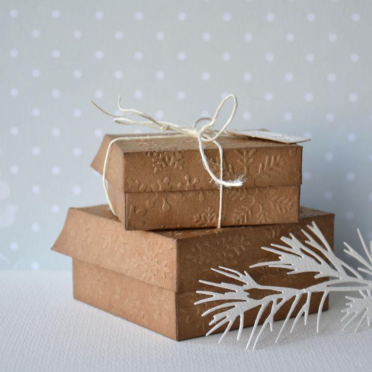 Sněhové+vločky+Tato+krabička+má+rozměry+62+x+72+x+30+mm.+Cedulká+má+rozměry+20+x+33+mm.+Je+lepená+ze+dvou+částí,+zadní+strana+je+hladká,+bílá.+Ke+krabičce+je+možno+dokoupit+vsadku+na+uchycení+náušnic+-+http://www.fler.cz/zbozi/vsadka-do-krabicky-cesmina-6815567+http://www.fler.cz/zbozi/vsadka-do-krabicky-jmeli-6815176