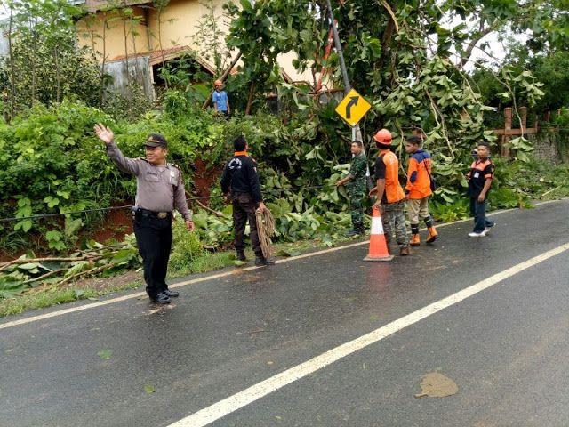 Puluhan Rumah di Bandengan Porak Poranda Diterjang Angin Puting Beliung http://ift.tt/2rvW94H
