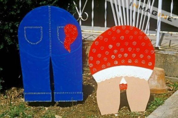 Can't do a post on tacky lawn ornaments without leading such lawn decorations out. I mean why would anyone want these.