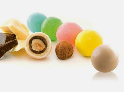 """Mercante di Sogni - Voghera - Bomboniere e Stampati dal 1969 - Vendita ai privati  ASSORTIMENTO CONFETTERIA """"DOLCI FANTASIE""""  Nocciole ricoperte da un doppio strato di cioccolato fondente e bianco confettate. Colori: avorio, verde, rosa, giallo, celeste.  Read more: http://mercantedisognivoghera.blogspot.com/#ixzz3OeJFGy29"""