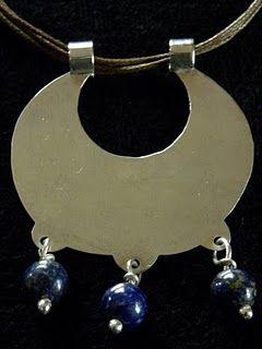 Línea que recrea joyas tradicionales de la platería mapuche. Con ellas se libera la estampa, fuerza, espíritu y fecundidad de la mujer.    A...