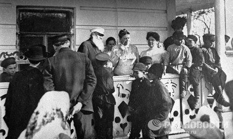 Лев Толстой с женой Софьей на крыльце в Ясной Поляне