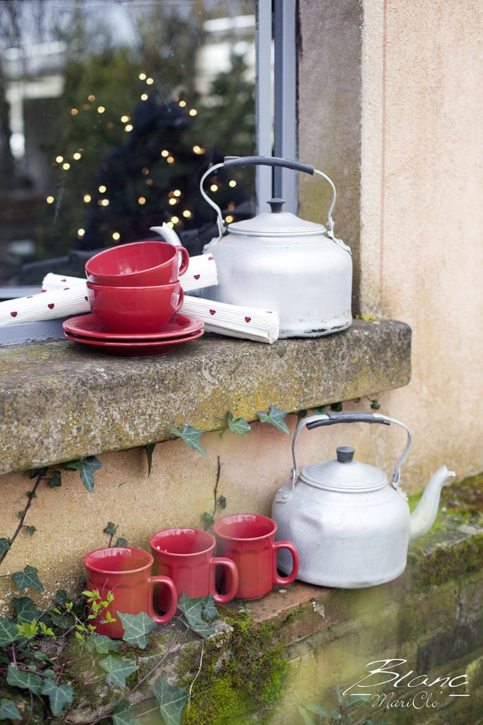 Red mugs and coffee cups
