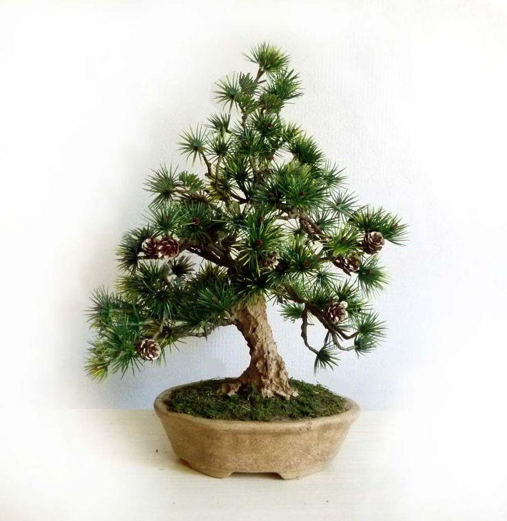 Umělá+bonsaj,+dekorace+do+interieru+Bonsaj+má+celkovou+výšku+cca+40+cm,+kmen+a+kořeny+rostliny+jsou+vymodelovány+z+tvrzeného+recyklovaného+papíru,+jehličí+je+umělé.+Bonsaj+ne+napevno+zafixována+v+keramické+misce+pro+bonsaj,+povrch+květináče+je+polepený+mechem.++Stromy+z+atelieru+naturdekor+jsou+konstrukčně+pevné,+trvanlivé+a+krásné.+Jsou+originální+jak+designem,+tak...
