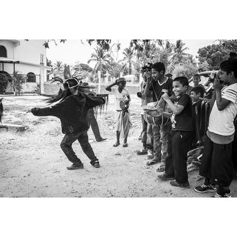 """""""Pequeños danzantes"""" Foto tomada en Tierra colorada, municipio de Cuajinicuilapa, gro. Durante el encuentro cultural afromestizo. #blancoynegro #cuajinicuilapa #cuajinicuilapagro #guerrero #gro #costachica #pueblo #cultura #tradicion #afromestizos #afros #canon #danza #danzadelosdiablos #tierracolorada #niños #alegria #mexico #photo #photography #identidad #mochilero"""