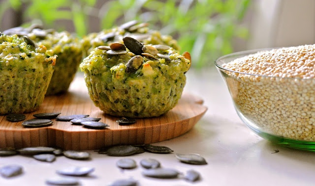 Quinoa muffins with goat cheese, broccoli and pepitas. Perfect for breakfast, lunch or dinner. (recipe in Danish) | Julie Karla