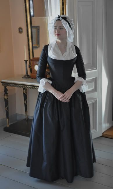 Before the Automobile: 1790 round gown. Draping fit is lovely.