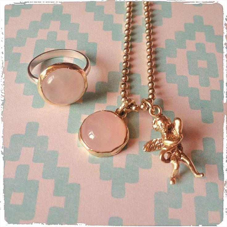 Handmade 14k gold/zilver/rosequarts ring & pendant. Handmade 14k gold angel <3 Handgemaakte 14k gouden/zilveren/rozenkwarts ring & hanger. Handgemaakte hanger met engeltje 14k goud www.tantetaat.nl