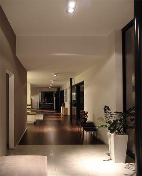 Der Blick vom Eingang durch das Vorzimmer ins Wohnzimmer. Hier hängen 6 Liro Lampen in einer Reihe (eine sieht man nicht).  Zur Info: Dort wo Fliese auf Parkett stößt, kommt noch die gläserne Abtrennung mit einer weißen Vollholztür in der Mitte hin.