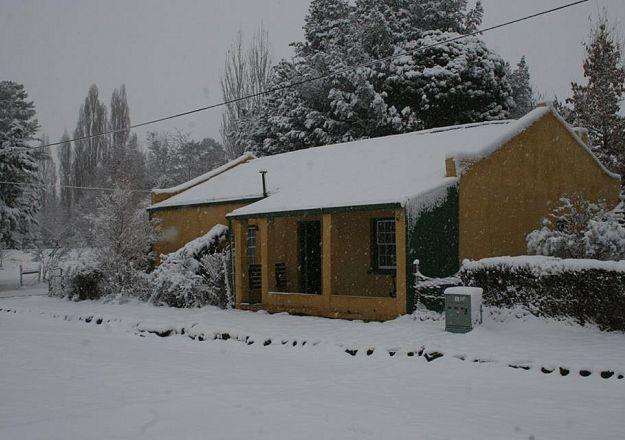 By Rhodes Cottages- Sam's Cottage in die dorpie Rhodes val die wintersneeu sommer lekker dik!