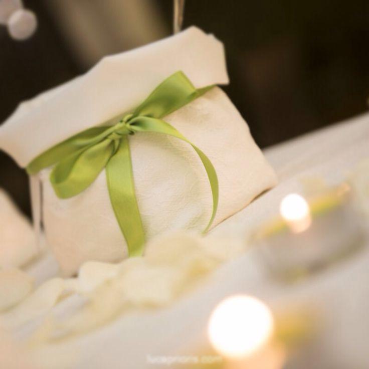 Confettata bianca con pizzo e nastrino verde mela di raso #wedding#matrimonio#Bianco#White#confetti#