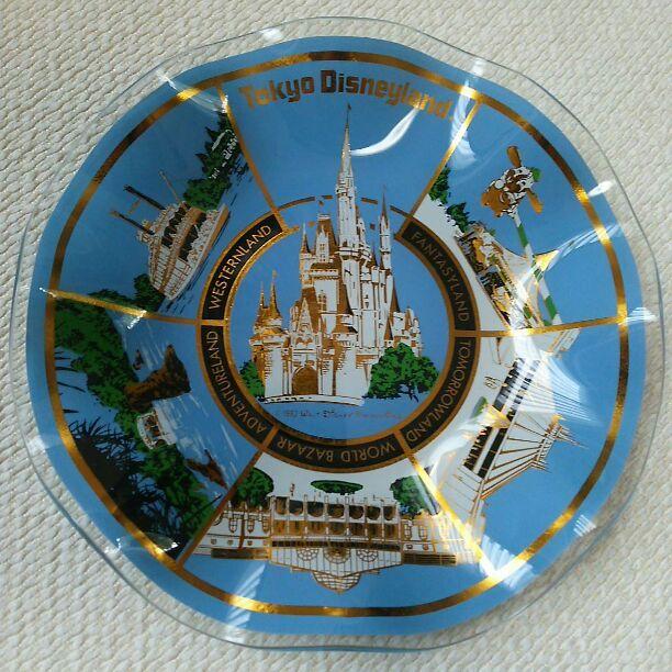 東京ディズニーランド 1983年 ガラス製  1982 Walt Disney Productions のコピーライトの記載がプリントされています!  1983年のグランドオープンに合わせて製作された一般販売用の装飾用絵皿です。  シンデレラ城を中心にファンタジーランドの空飛ぶダンボ、トゥモローランドのスペースマウンテン、アドベンチャーランドのジャングルクルーズ、ウエスタンランドの蒸気船マークトウェイン号のオープン当初からあるアトラクションがデザインされています☆  経過年数のわりには美品です(^^)  直径19㎝