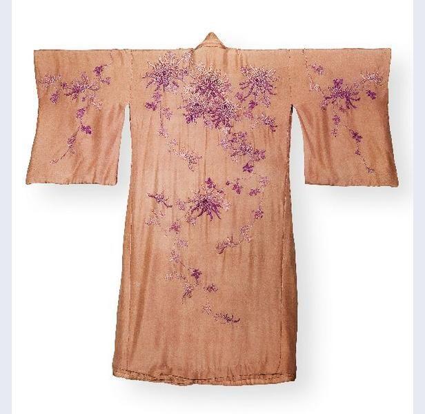 Kimono van roze zijde, versierd met borduursel van chrysantmotieven, met losse sjerp van de stof Nederlands Indië (vml.) circa 1900-circa 1914 zijde Gemeentemuseum Den Haag: 0302981