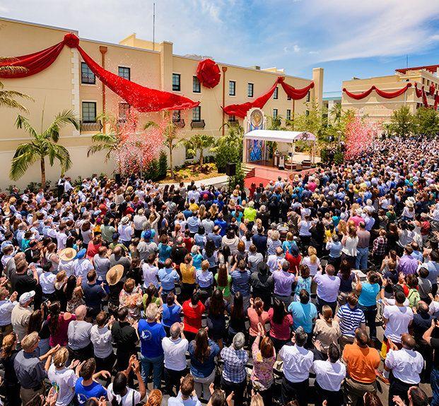 25.06 L'ÉGLISE TRANSFORME DEUX IMMEUBLES DE CLEARWATER EN MAGNIFIQUES MONUMENTS POUR LA VILLE Deux rubans tombent à l'unisson pour marquer la transformation de deux structures de la ville de Clearwater en Floride. Les installations abritent le centre administratif du siège spirituel international de l'église.