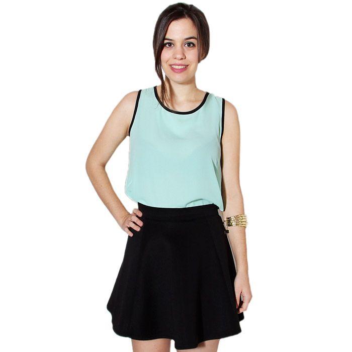 Camisa en color verde agua con detalles de botones en la espalda.