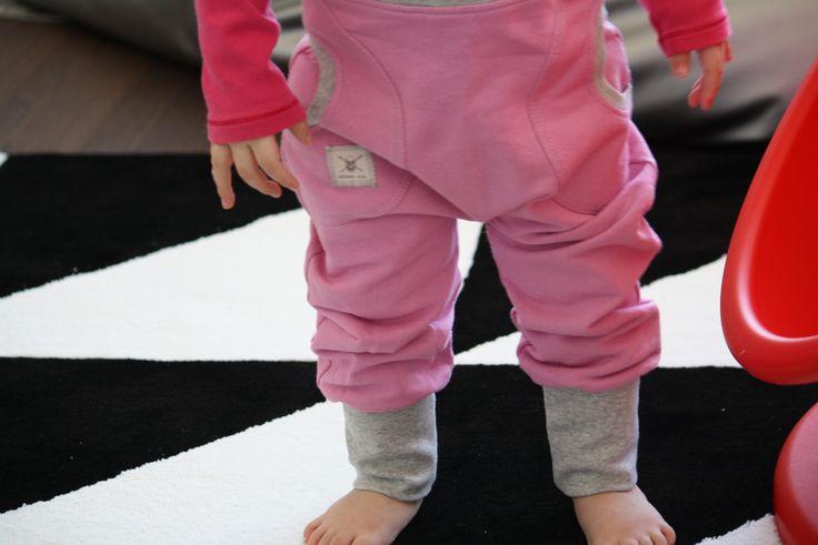 Jenni JJ:n valloittavat one pantsit nyt ihanan vaaleanpunaisena! Jokaisen lapsen suosikkihousut,ei kinnaa tai purista <3 www.lumilapset.fi
