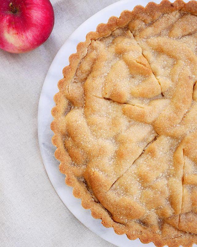 Så, jag tog mitt bästa recept på kolasnittar, det med ingefära i, och använde som pajskal. Sen fyllde jag det med fint skivade höstäpplen, riven mandelmassa och finhackad mandel. Succé! Recept👉🏻@brinkenbakar 🇬🇧Almond Apple Pie