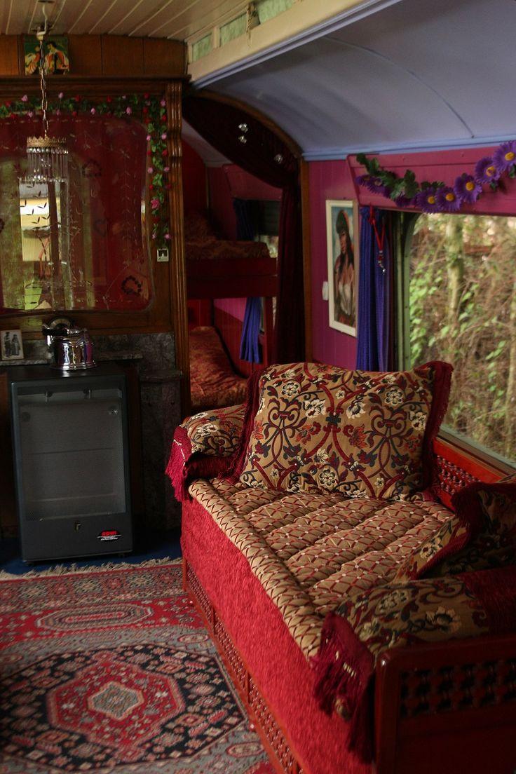 Een originele Belgische circuswoonwagen uit begin jaren 50. Toen we de wagen kochten zag hij er vreselijk treurig uit, grijs en roest waren de enige kleuren. Toen werd meteen besloten dat we hem om zouden toveren in een fleurige prins. Geschilderd in hippe flower power kleuren, maar met behoud van veel originele details. 11 m bij 2,40. Voorportaal voor jassen en schoenen, keuken, woonkamer met prachtige Marokkaanse bank, slaapkamer met 2 pers. bed 140×200 en stapelbed voor kinderen (175×60)…