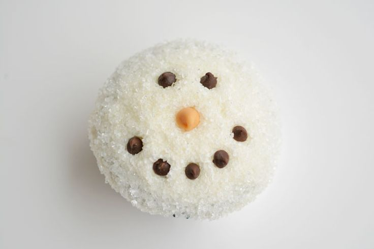 These easy snowman cupcakes would be PERFECT for a winter birthday party, a Christmas party, or just a fun baking activity with the kids!…