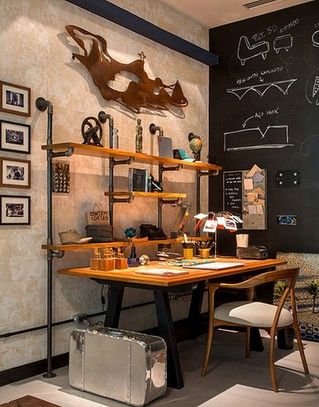 CASA COR RJ 2014 - Repare que a estante criada por Emmília Cardoso é formada por pranchas de madeira e suspensa por ferros de tubulação de água