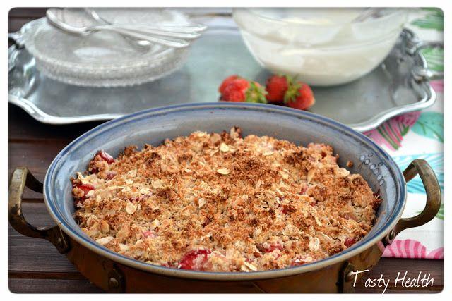 Nyttig rabarber och jordgubbssmulpaj