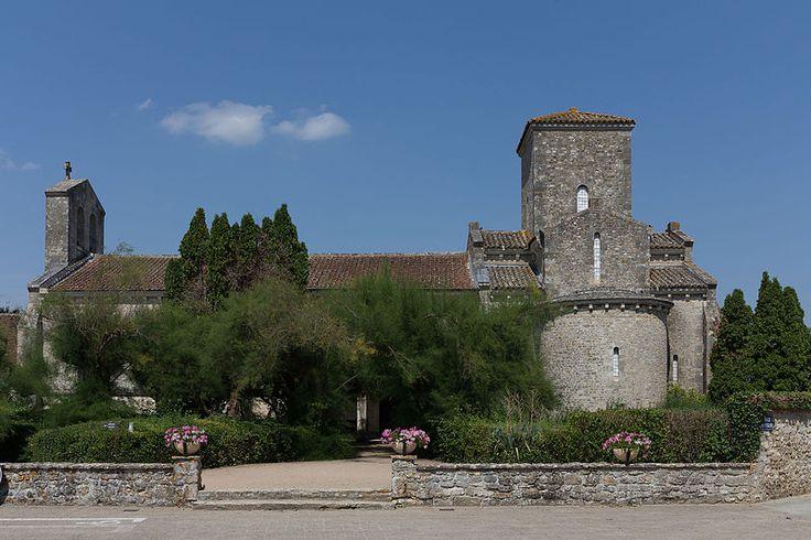 """""""Germigny-des-Prés - Église de la Très-Sainte-Trinité 02"""" autorstwa Pymouss - Praca własna. Licencja CC BY-SA 4.0 na podstawie Wikimedia Commons"""