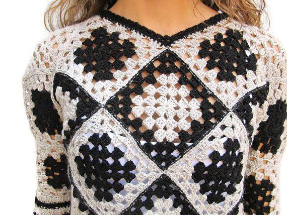 Suéter del ganchillo. La abuela cuadrado suéter. Jersey de ganchillo.  Las mujeres suéter de invierno. Jersey retro de la mujer.  Suéter negro gris. Uno de los tipos.  https://www.etsy.com/shop/KrissWool?section_id=18868005&ref=hdr_shop_menu  -DISEÑO EXCLUSIVO y hecho a MANO SIN PATRÓN por KrissWool--  Elegante y fino ganchillo trabajado artículo abuela cuadrada, ganchillo hecha a mano y hecho a mano punto los pun ¢ os con lana merino de alta calidad  ¿Te gusta chaleco verano de encaje…