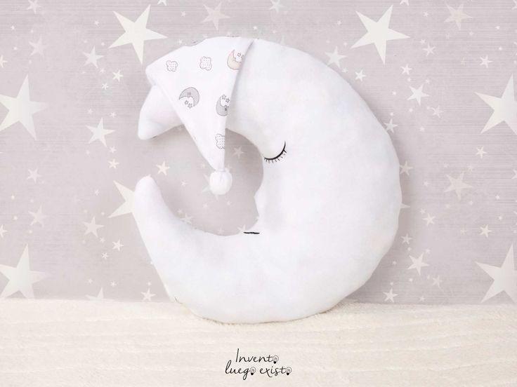 Cojín Luna. A quien no le gustaría tocarla luna, o dormir abrazada a ella... Con este cojín personalizado puedes hacerlo. Deja volar la imaginación de los más pequeños y dale la oportunidad de tocarla o estru... 17€