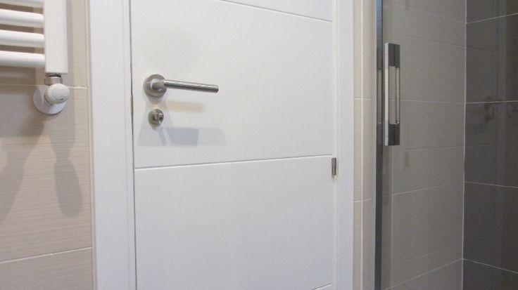 Puerta maciza lacada en color blanco, decorada con 4 franjas horizontales.