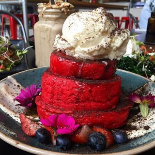 Red velvet pancakes from @thetradesmancafe ❤️🌟 With vanilla mascarpone, brownie soil, fresh strawberries, & blueberries topped with vanilla ice cream 🍦👑 The Tradesman - Moorabbin #melbourne #breakfast #breakfastinmelbourne #thetradesmancafe @thetradesmancafe