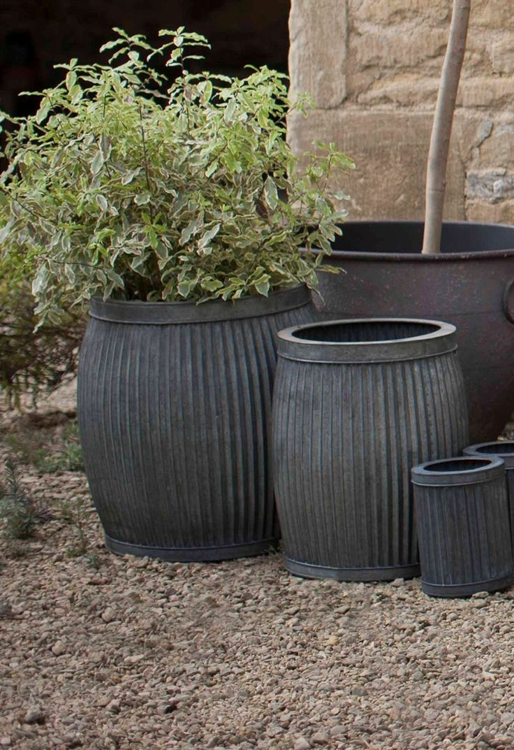 Indulge yourself, and your garden in classical style and timeless luxury with our sophisticated set of 2 Vence ribbed Planters. Carefully shaped from ribbed zinc-plated steel, they come in 2 different sizes.