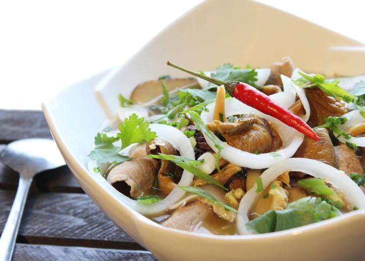 Soupe Pho de canard à la mode vietnamienne - Tailler l'oignon blanc en rondelles et le faire mariner dans le jus du citron avec le gingembre haché. Laisser mariner 1 heure.
