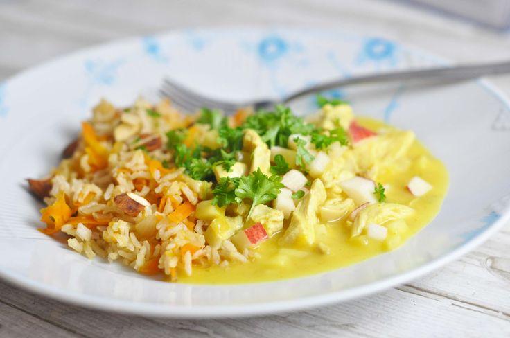 Lækker og nem kylling i karry serveret med gnavergrønt og gulerodsris med mandler, så den er lidt sundere end den klassiske udgave. God opskrift til børn.