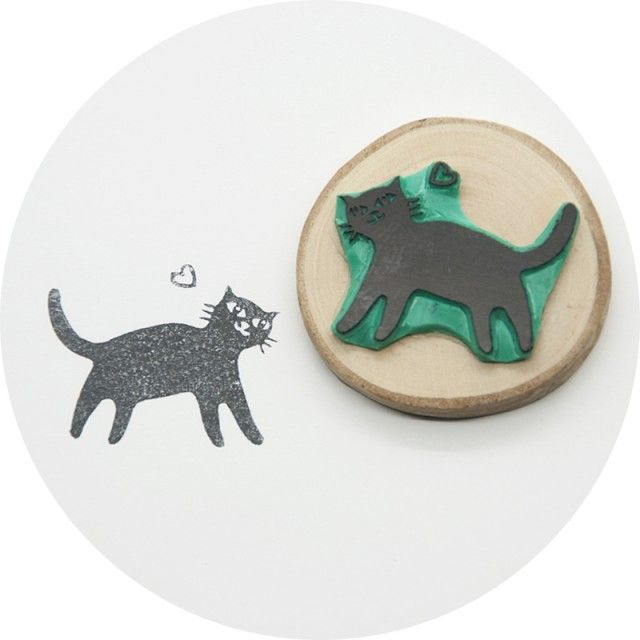 A cute little stamp with a happy cat by This is just to say #nordicdesigncollective #katt #katten #cat #thecat #cuttingboard #animal #meow #kitten #pet #fur #cosy #thisisjusttosay #stamp #ink #black #heart #happy #happycat