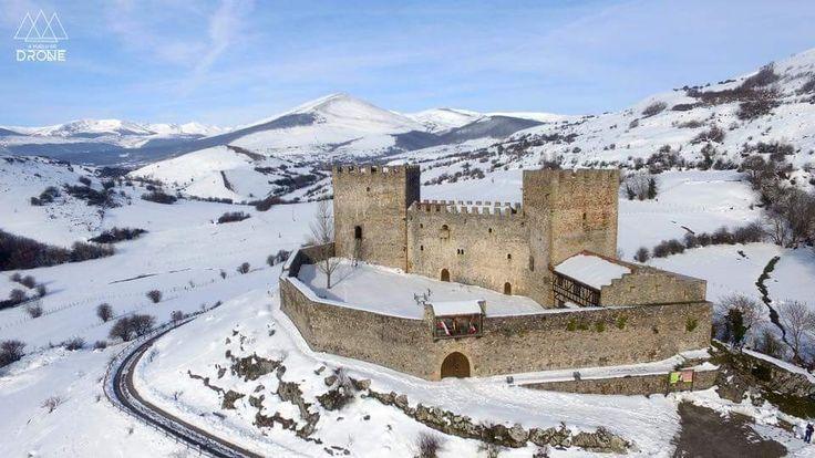 CASTLES OF SPAIN - El castillo de San Vicente, en Argüeso, al sur de Cantabria. Con anterioridad al castillo hubo una ermita (S. IX) bajo la advocación de San Vicente, así como una necrópolis medieval de los siglos IX y X. Las dos torres se alzaron durante los siglos XIII y XIV. Perteneció a la Casa de la Vega, y despues, por el matrimonio de doña Leonor de la Vega con Diego Hurtado de Mendoza, pasó al señorío de los Mendoza.