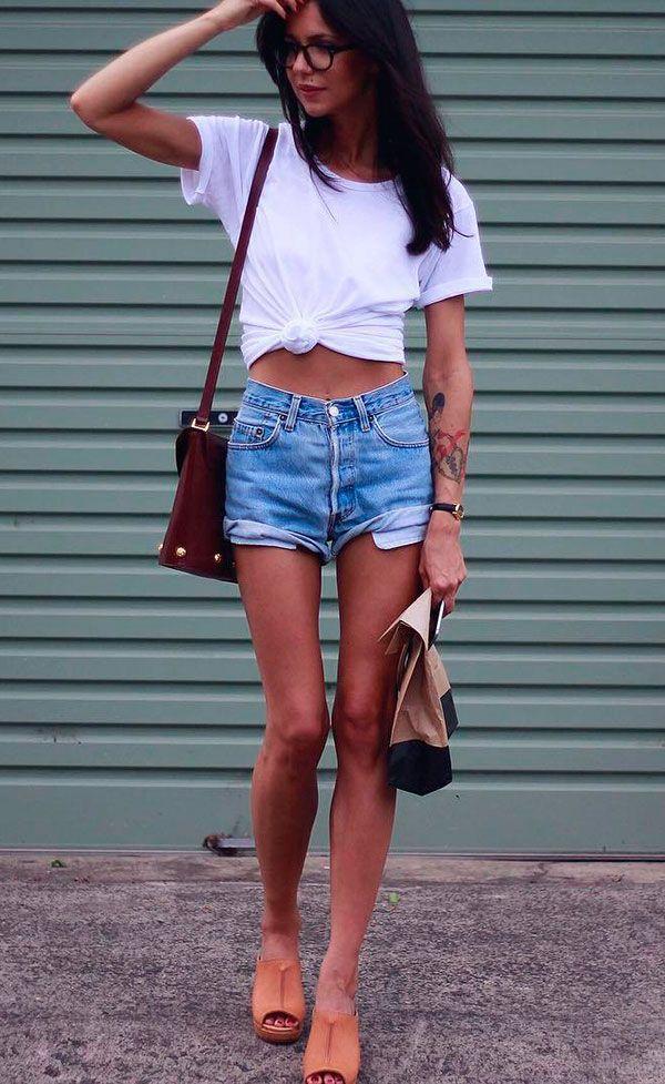 Street style look com camiseta branca e shorts jeans.