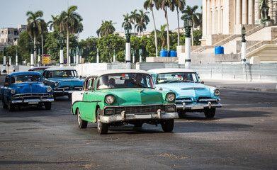 Kuba amerikanische Oldtimer fahren über eine Kreuzung vor dem Capitol