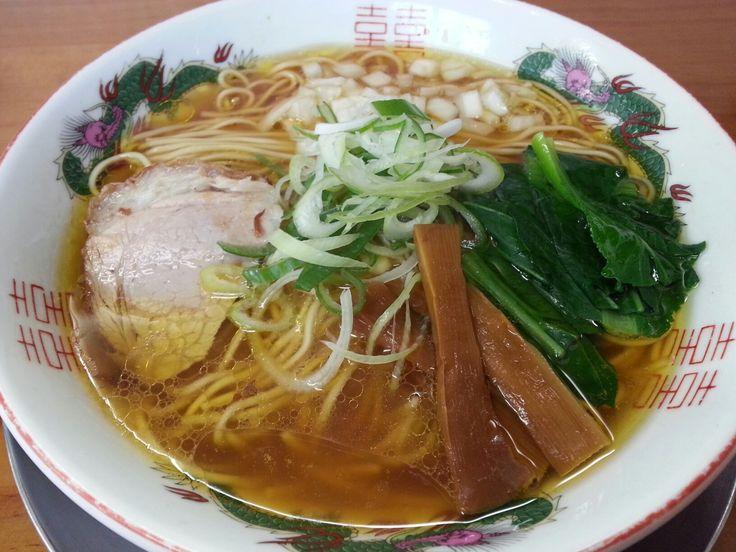 あっさり☆ 竹末食堂@自治医大 最近食べログで東京Best10入りしてきた押上の竹末東京プレミアムの姉妹店…というか、兄貴店。永ちゃんの大好きな主人が、栃木の喜連川という小さな町でやっていたE.Y.竹末というラーメン店が総本山。ここは、その原点メニューのみのお店。原点の原点がこの鶏だし醤油味の'あっさり'というなの中華そば。うーん、オーセンティックなお味です。たまにはこういうレトロなお味もいいですな♪ #ラーメン #らーめん #ラーメン倶楽部 #らーめん部 #鶏出汁 #醤油