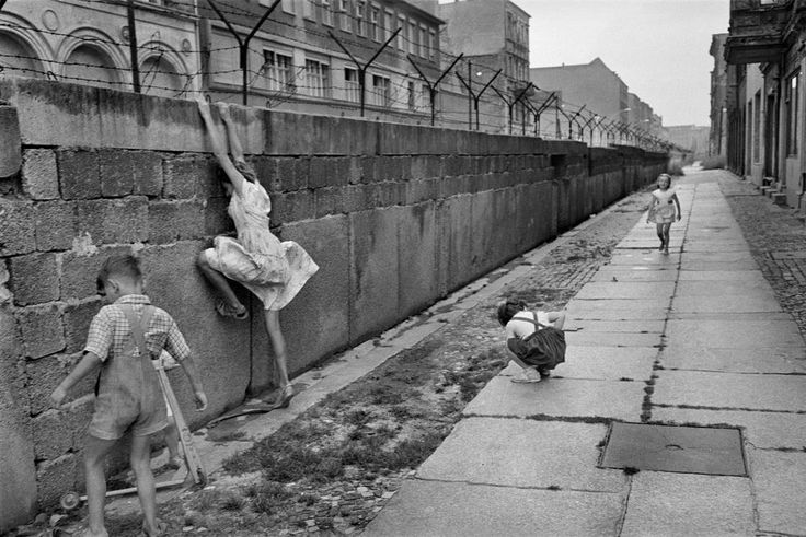 Henri Cartier-Bresson/MagnumPhotos - Berlin West. Berlin Wall. 1962. Courtesy of the HCB Foundation.