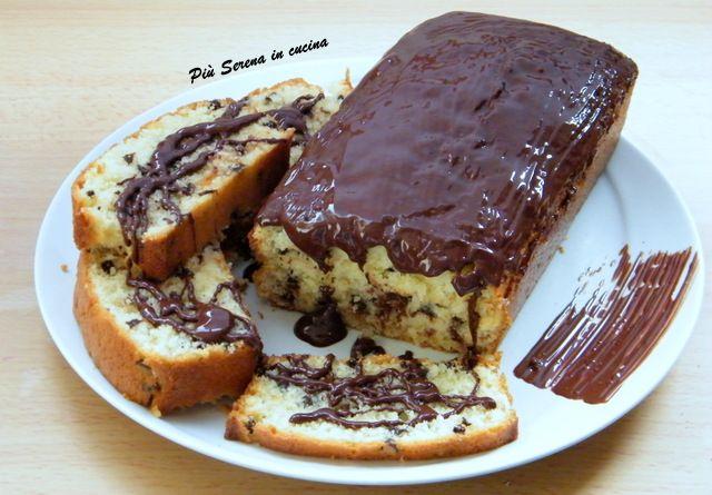 Il Plumcake cocco e cioccolato è un dolce goloso che farà impazzire i vostri ospiti con la sua copertura croccante e l
