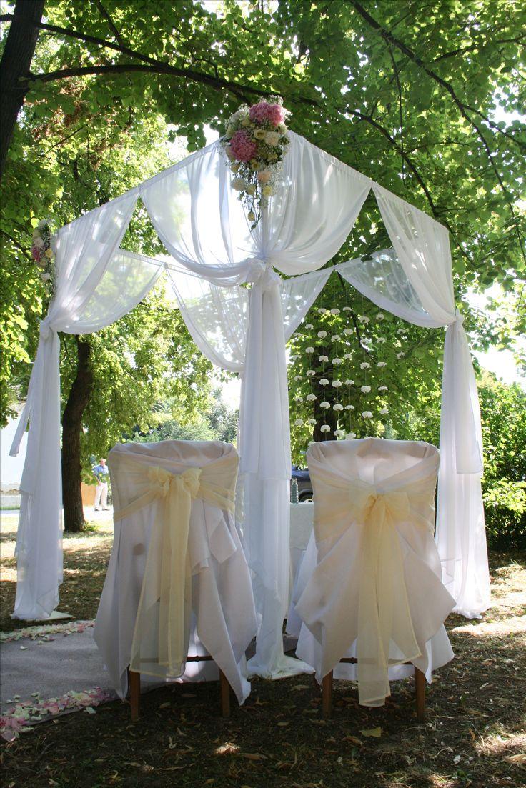 A családias hangulatú esküvőhöz, elegendő egy kisebb  # pavilon is.