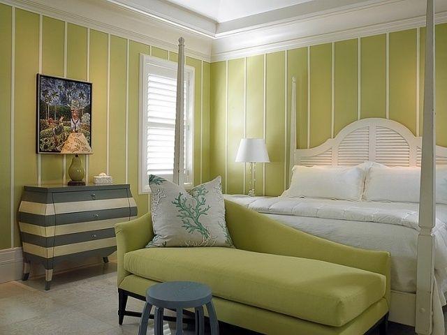 un linge de lit blanc et murs en jaune pâle dans la chambre à coucher élégante