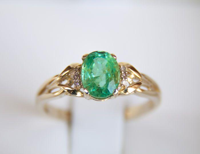 1.41 ct. emerald 14kt gouden ring met 1.41 ct. smaragden en diamanten. Ring van grootte: 189 mm.  geen reserve   Gouden ring met natuurlijke smaragden en diamanten.Totaal gewicht: 3.07 g.Gouden gewicht: 2.75 / g.Goud - gele kleur hallmarked 585 (14k goud)Ring van grootte: 189 mm.Gezicht van de ring: 928 x 843 mm.Centrale steen: EmeraldKnippen: ovaalGewicht: 1.41 ct.Grootte: 843 x 6.45 x 4.8 mm.Kleur: groenDuidelijkheid: transparantBehandeling: Edelstenen worden vaak behandeld om kleur en…