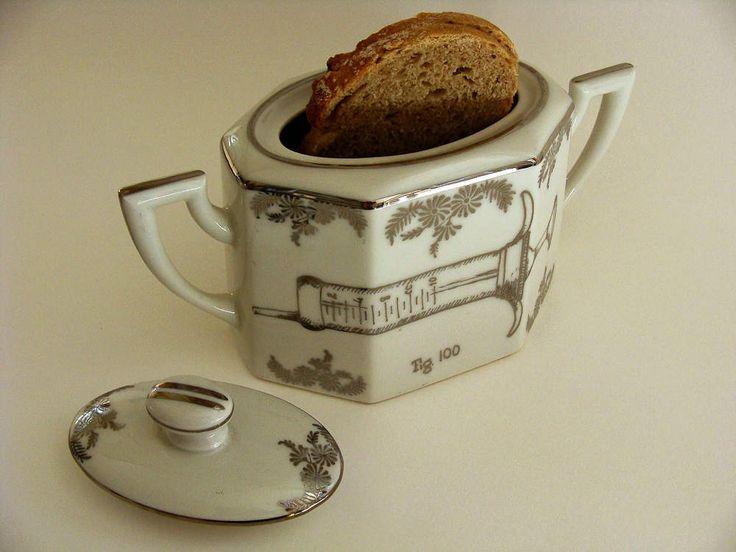 Pot à sucre de porcelaine blanche et décor végétal platine (Limoges) , rehaussé sur ses deux faces de motifs peints à la main au platine. Pièce unique. 20 x 12 cm. PRIX : 35 € (VENDU)