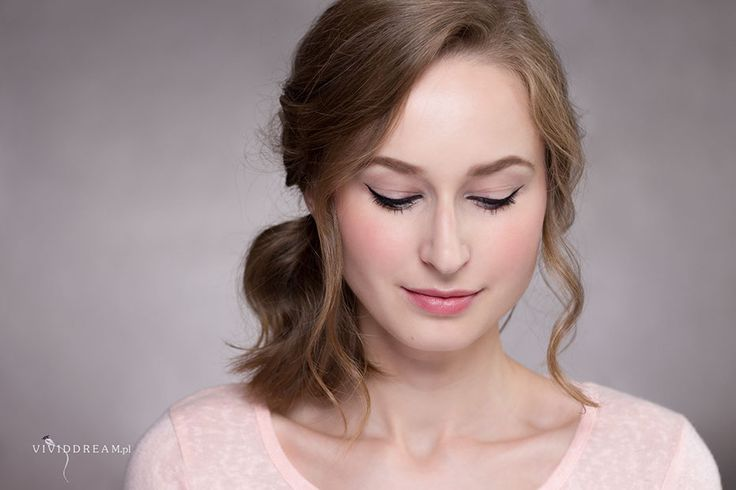 Simple liner sometimes is just right :) Photo by @photovividdream #eyeliner #makeup #rosy #weddingmakeup #photovividdream