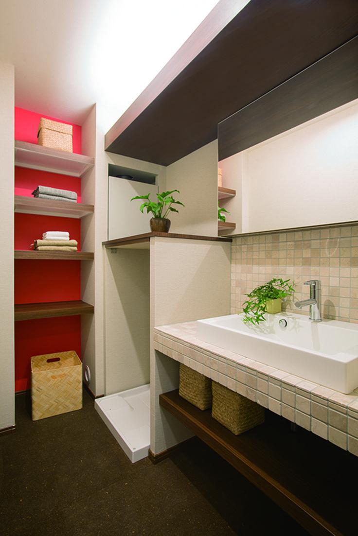 使い易さと機能性を両立した洗面脱衣室。 コルクの床や大理石タイルで造りつけた洗面化粧台など、 素材にこだわる新進建設ならではのパウダールームです。|タイル|インテリア|おしゃれ|ライト|かわいい|リフォーム・リノベーション|