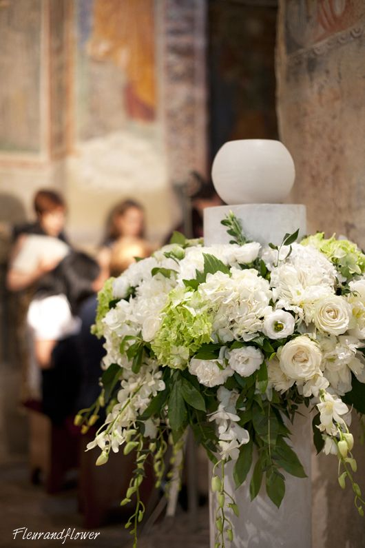 Composizione di fiori su colonna per matrimonio