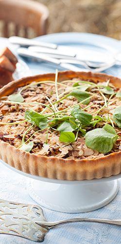 Hartige taart: Een lekkere stevige taart bereid met verse ingrediënten zoals het duurzame malse varkensvlees van de familie Scholman. Uit: de Coop Keukentafelgids Lente 2014.