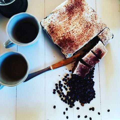 Saftig kake med smaken av kaffeog med hvit sjokladekrem på toppen. Veldig lett kake å lage da du bare blander alt sammen. Denne kuttet jeg opp i ferdige stykker og fryste ned. Den er utrolig grei…